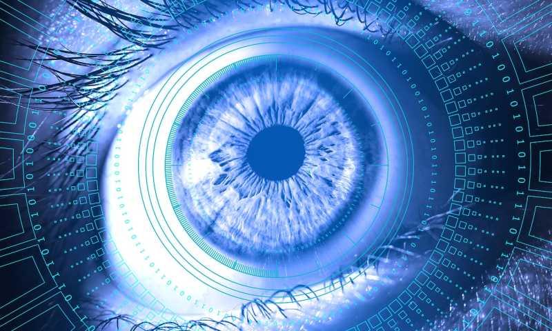 Ein Auge in Nahaufnahme, Daten spiegeln sich in der Iris